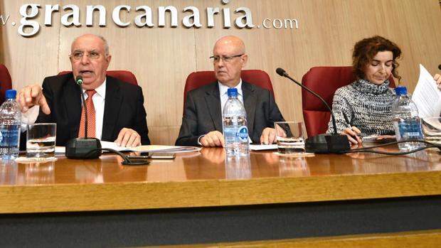 Francisco Trujillo, consejero socialista de Transportes en Gran Canaria, y técnicos de sudepartamento