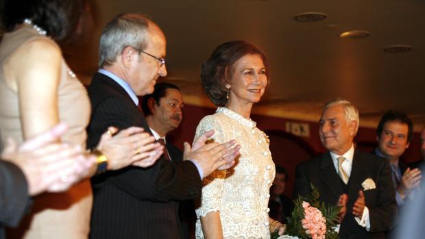 Старейший частный клуб Барселоны наградит мать испанского короля
