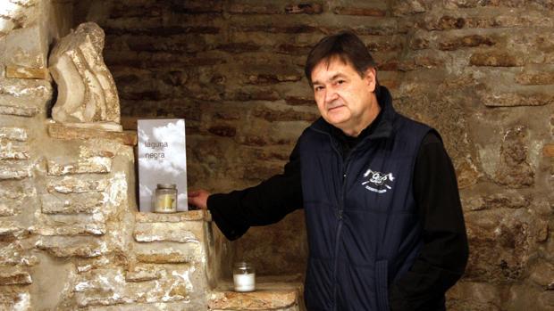 El poeta Jesús Maroto posa con su nueva obra, «Laguna negra»