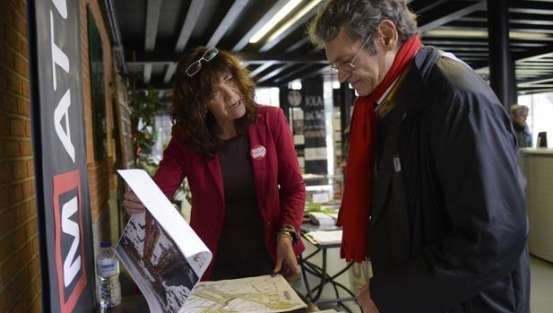 Una voluntaria informa sobre los proyectos de remodelación de Plaza de España