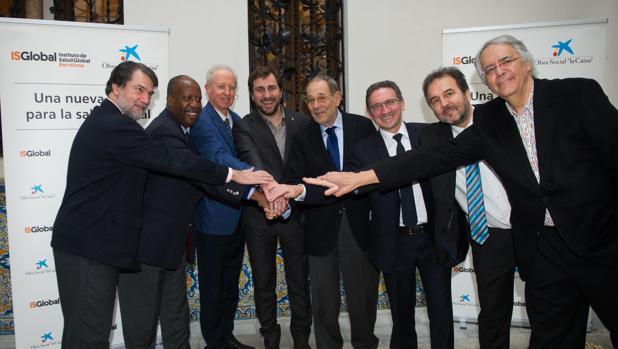 Las autoridades asistentes a la presentación del convenio, ayer en Barcelona