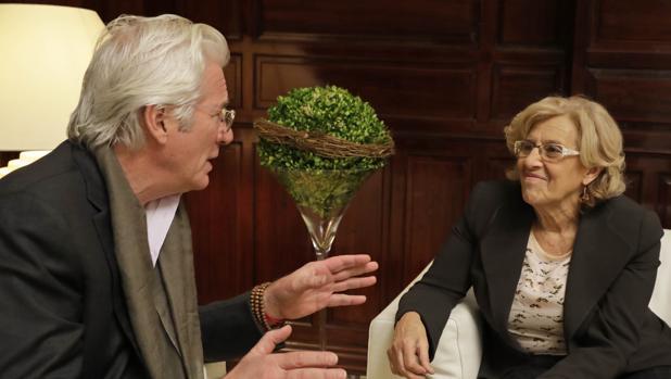 El actor estadounidense, Richard Gere, junto a la alcaldesa, Manuela Carmena