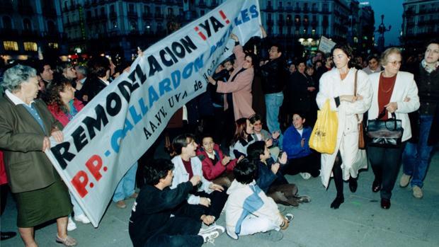 Protesta de vecinos de la UVA de Hortaleza, en 1998, por el retraso en la remodelación del barrio