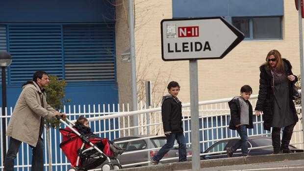 Cartel que señala hacia Lérida en el casco urbano de Fraga, localidad oscense donde se ubicará Envases Petit