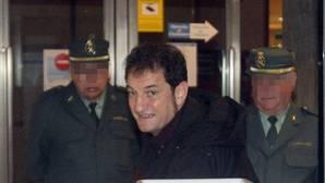 El concejal de Espazos Cidadáns de Santiago, Jorge Duarte (c), a su llegada a los juzgados