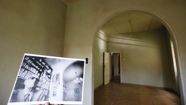 Una de las estancias de la casa del poeta, junto a una foto de Aleixandre en su interior
