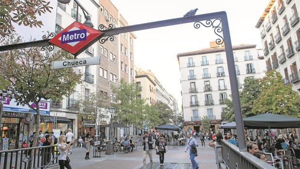 Entrada del Metro en la plaza de Chueca, epicentro de las fiestas del Orgullo Gay en Madrid