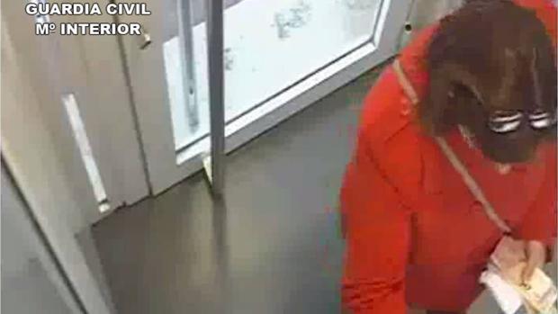 Imagen de la cuidadora en un cajero desde donde sustrajo dinero de los ancianos