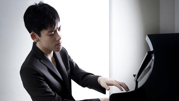 Imagen de Haochen Zhang durante una actuación