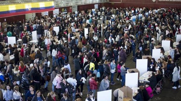 Miles de ecuatorianos votan en masa en Madrid para elegir a su nuevo presidente