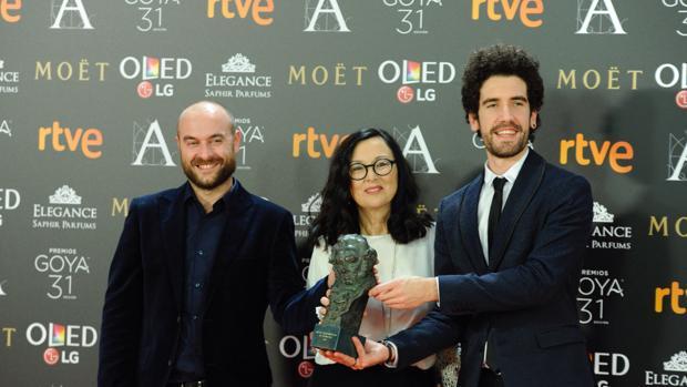 Premio para el audiovisual gallego: El equipo del corto de animación Decorado, Alberto Vázquez, Chelo Loureiro e Iván Miñambres, tras la entrega de los Goya de este año