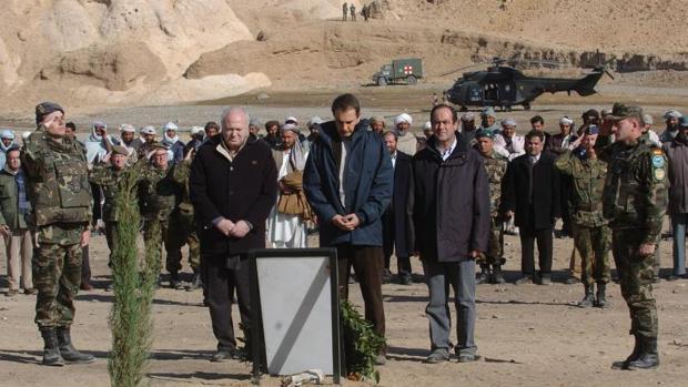 Morantinos, Zapatero y Bono durante un homenaje en Afganistán por el accidente del Cougar en Afganistán