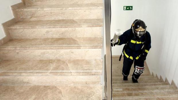 Un bombero sube las escaleras en una intervención en Valencia