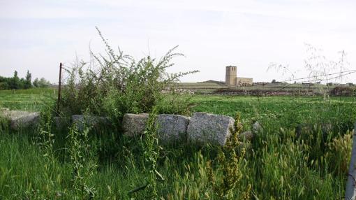 Piedras del despoblado de Jumela, con la iglesia del antiguo pueblo al fondo