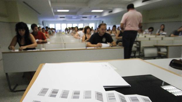 Un examinador reparte los exámenes