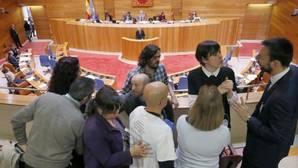 Luís Villares (En Marea) y Ana Pontón (BNG) saludan a la plataforma de víctimas del Alvia