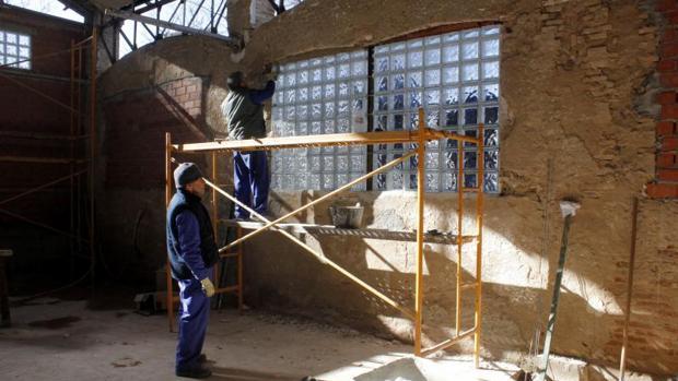 Un oficial y diez peones de albañilería trabajan en las obras de rehabilitación del antiguo gimnasio de San Lázaro, con un presupuesto de 99.000 euros