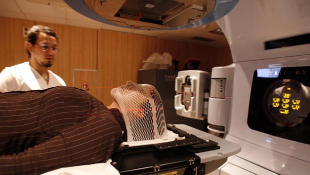 Un paciente recibe radioterapia en el Instiituto Catalán de Oncología
