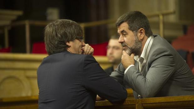 Jordi Sánchez habla con Carles Puigdemont en el Parlament