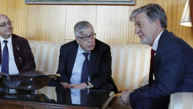 El alcalde de Zaragoza, Pedro Santisteve (primero por la derecha), se reunió este jueves con una delegación de la Comisión Europea contra el racismo