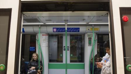 Viajeros en el interior de un vagón del Metro