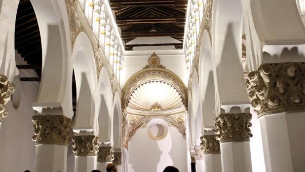 El edificio fue construido como sinagoga a mediados del siglo XII y en 1411 «se transformó en iglesia, bajo la advocación de Santa María la Blanca