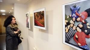 Una joven observa la exposición «El cromosoma de la sonrisa«, ubicada en el Foro Solidario de Burgos