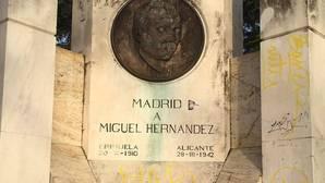 El monumento Miguel Hernández en el madrileño Parque del Oeste presenta pintadas y proclamas antinazis