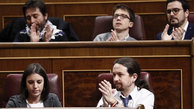 El líder de Podemos, Pablo Iglesias (d, abajo), aplaude junto a la nueva portavoz del partido, Irene Montero, durante la sesión de control al Gobierno hoy en el Congreso. Detrás los diputados de Unidos Podemos, Rafael Mayoral, el exportavoz del partido, Íñigo Errejón, y Alberto Garzón