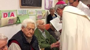 Los mayores de Almorox reciben la unción de enfermos de manos del arzobispo