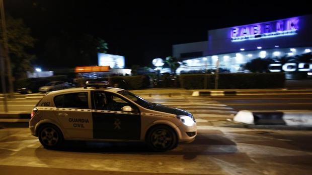 Un coche de la Guardia Civil, en una imagen de archivo, frente a la discoteca Fabrik
