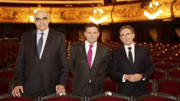 Giró, a la derecha, junto al director general del Liceu, Roger Guasch, y el presidente de la fundación, Salvador Alemany