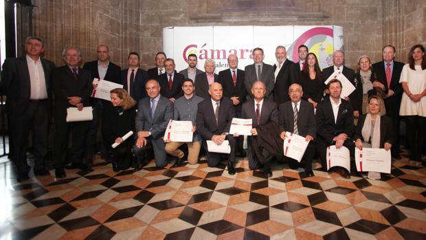 Foto de la familia del presidente Puig con las empresas galardonadas