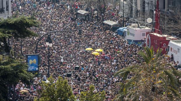 Imagen de archivo de una aglomeración humana con motivo de una mascletà en Valencia