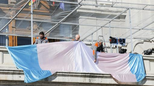 Imagen de la bandera desplegada en el Ayuntamiento de Valencia