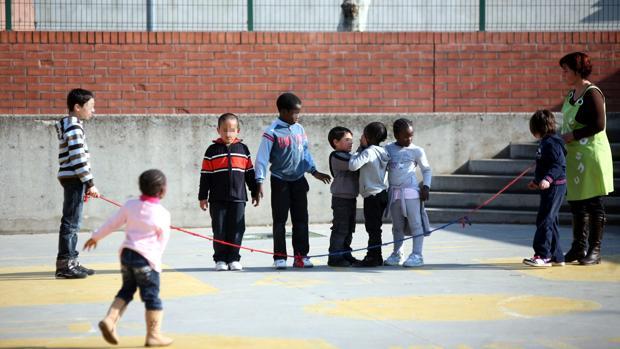 Imagen de alumnos jugando en el patio de un colegio