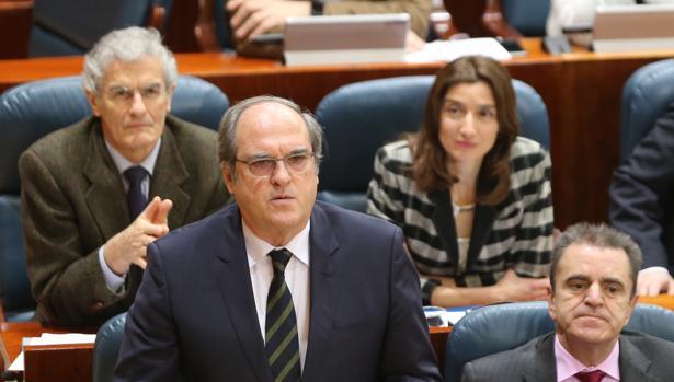 Angel Gabilondo, portavoz del PSOE en la Asamblea. Tras él, José Manuel Freire, diputado socialista autor de la propuesta de Ley de Muerte Digna