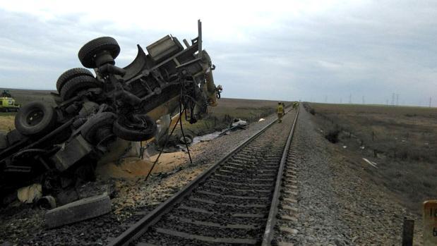 Estado del camión tras ser arrollado por el tren
