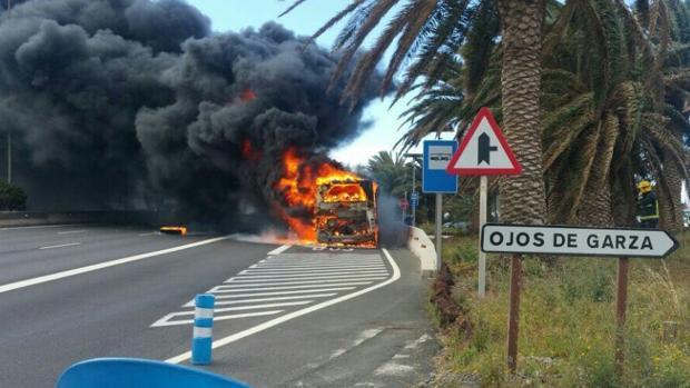La guagua de Global ardiendo en la parada, no en la autovía GC-1, este sábado