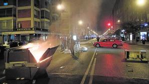 Aspecto de la calle Victoria de Burgos, en el barrio de Gamonal, durante los disturbios