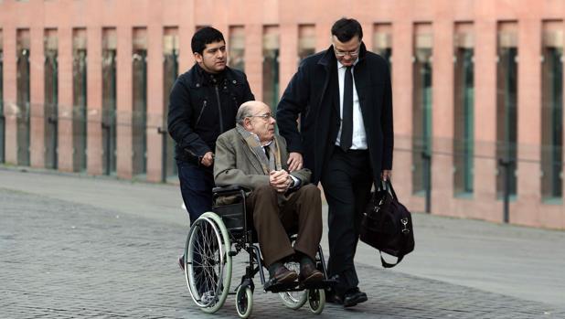 Millet, acompañado de su abogado y de un asistente personal, entrando a la Ciudad de la Justicia