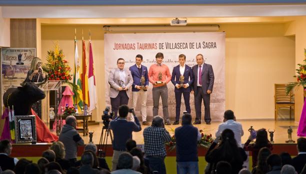 Los tres toreros junto al periodista Leo Cortijo y el alcalde Jesús Hijosa