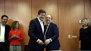 Javier Fernández y Miquel Iceta durante la firma del protocolo de colaboración entre PSOE y PSC este martes
