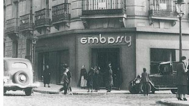 Entrada de la confitería Embassy, en 1931