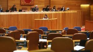 Los escaños del PP permanecen vacíos ante la comparecencia de Santos en el Parlamento gallego
