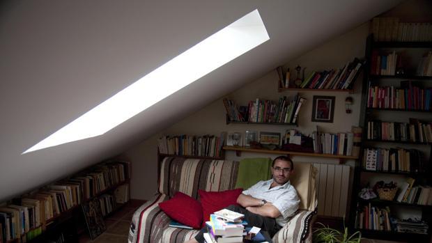 El escritor y profesor de Literatura José Manuel de la Huerga, en la biblioteca de su casa