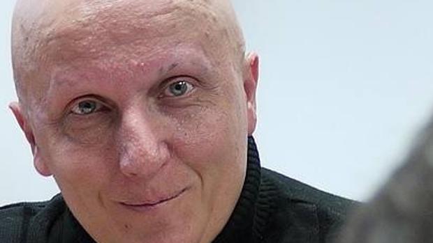 Mensajes, transferencias y famosos: así estafaba Paco Sanz, el «enfermo» de los 2.000 tumores