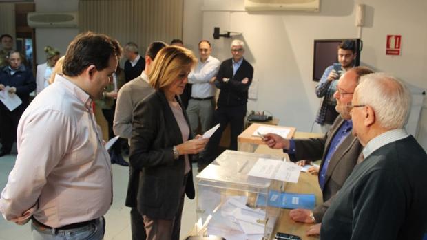Cospedal, este viernes en Albacete, ejerciendo su derecho al voto en la sede del PP