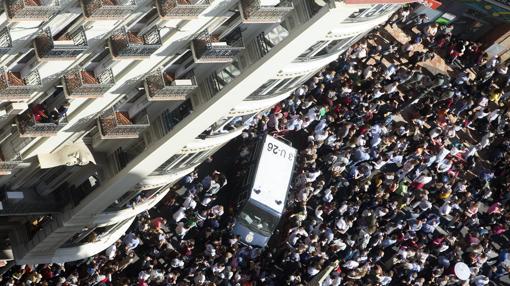 Imagen de uun furgón de la Policía en plena mascletà