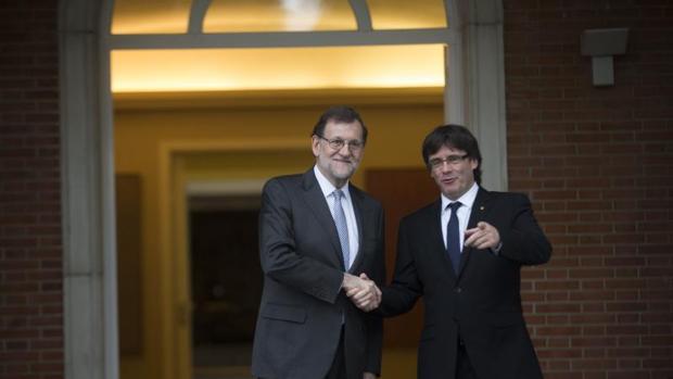 Mariano Rajoy y Carles Puigdemont en La Moncloa en 2016